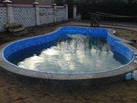 Nestandartinės formos lauko betoninis baseinas