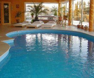 Nestandartinės formos betoninis lauko baseinas